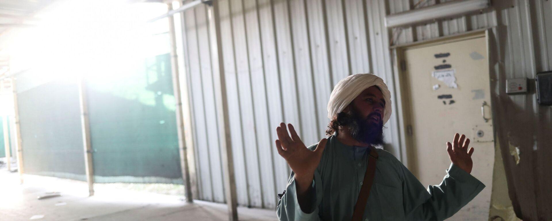 Боевики Талибана* на бывшей американской авиабазе Баграм в Парване, Афганистан - Sputnik Тоҷикистон, 1920, 06.10.2021