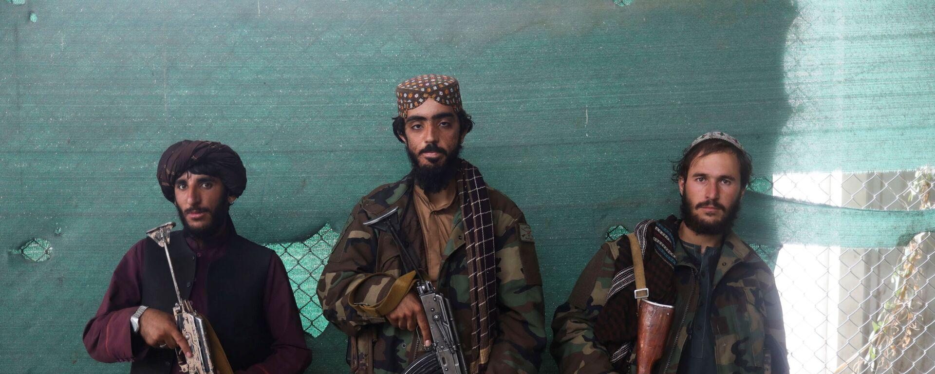 Боевики Талибана* с оружием на авиабазе Баграм в Парване, Афганистан - Sputnik Тоҷикистон, 1920, 10.10.2021