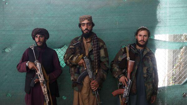Боевики Талибана* с оружием на авиабазе Баграм в Парване, Афганистан - Sputnik Тоҷикистон