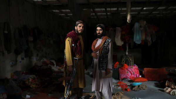 Боевики Талибана* с оружием на авиабазе Баграм в Парване, Афганистан - Sputnik Таджикистан