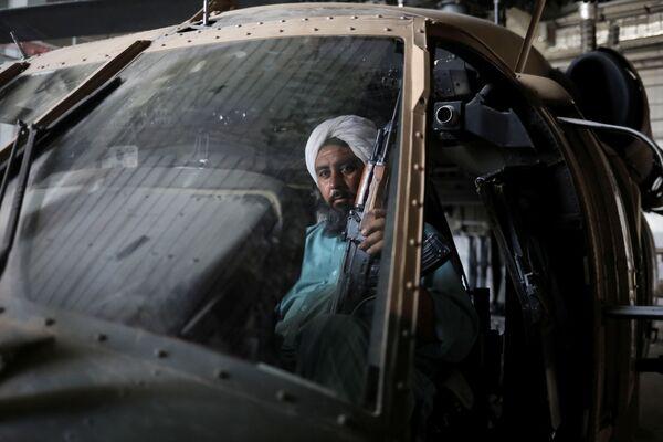 """Все, что остается талибам, - фотографироваться внутри """"трофеев"""". - Sputnik Таджикистан"""