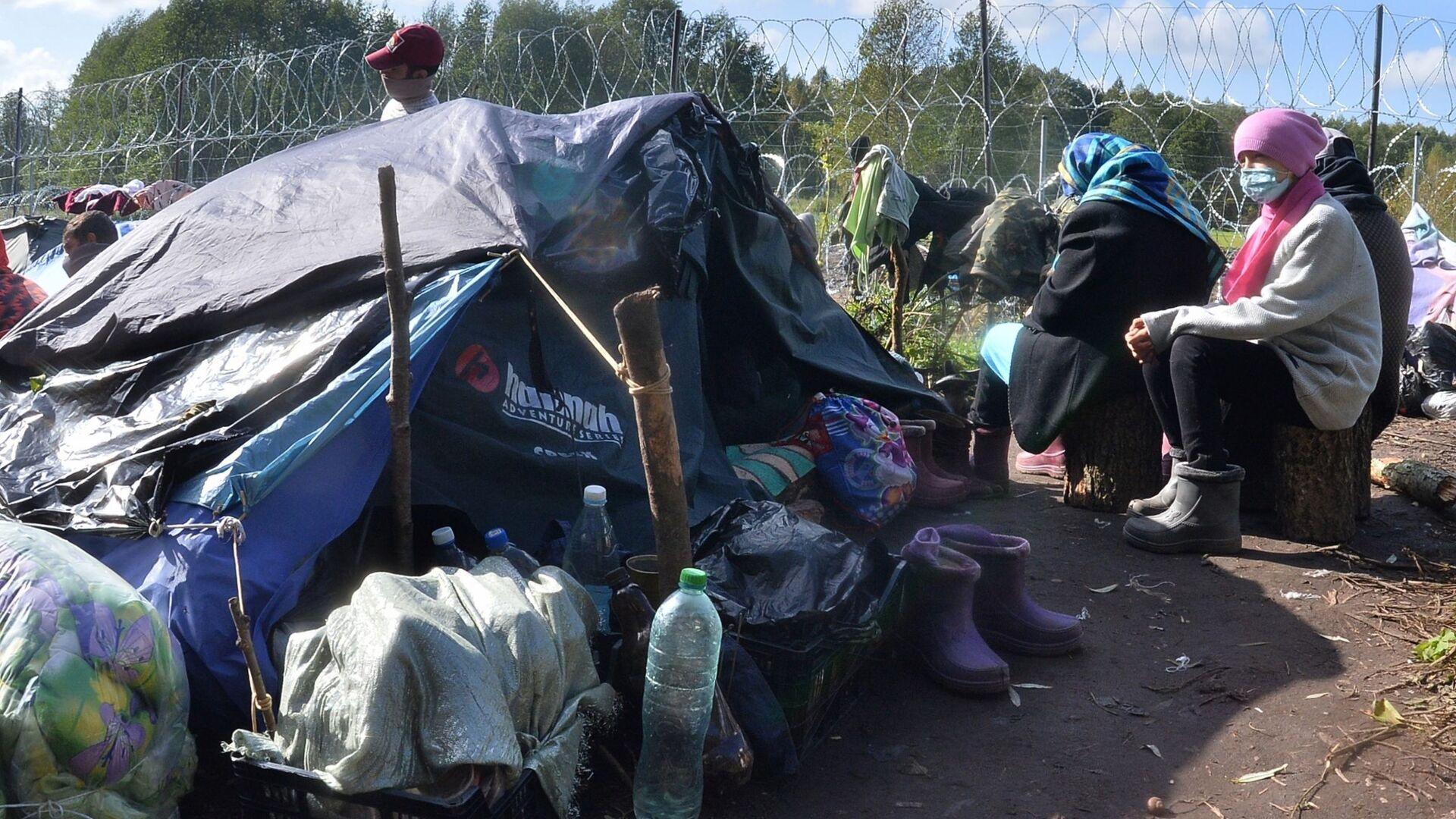 Люди в лагере нелегальных мигрантов из Афганистана на белорусско-польской границе возле деревни Уснар-Дольное - Sputnik Тоҷикистон, 1920, 07.10.2021