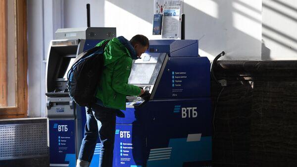 Мужчина у банкомата - Sputnik Таджикистан