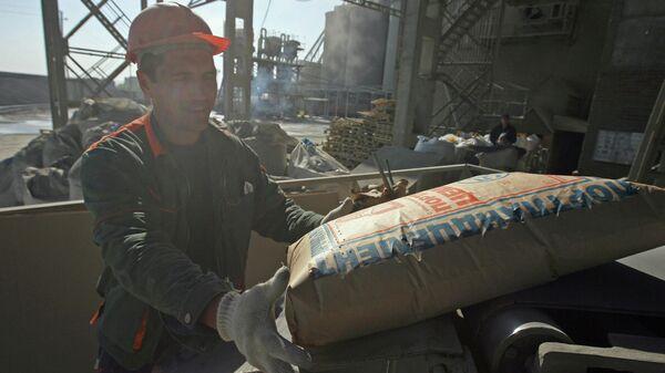 Производство цемента на заводе, архивное фото - Sputnik Тоҷикистон