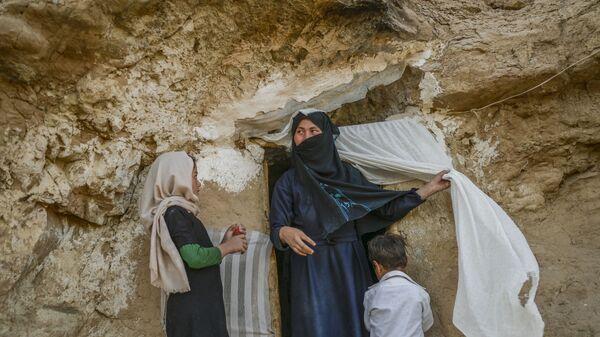 Хазарейцы у своего пещерного дома в афганском Бамиане  - Sputnik Тоҷикистон