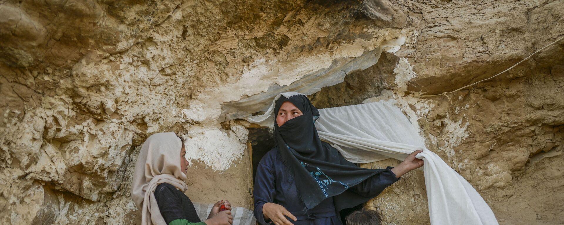 Хазарейцы у своего пещерного дома в афганском Бамиане  - Sputnik Тоҷикистон, 1920, 05.10.2021
