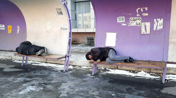 Бездомные на остановке в Согдийской области - Sputnik Тоҷикистон