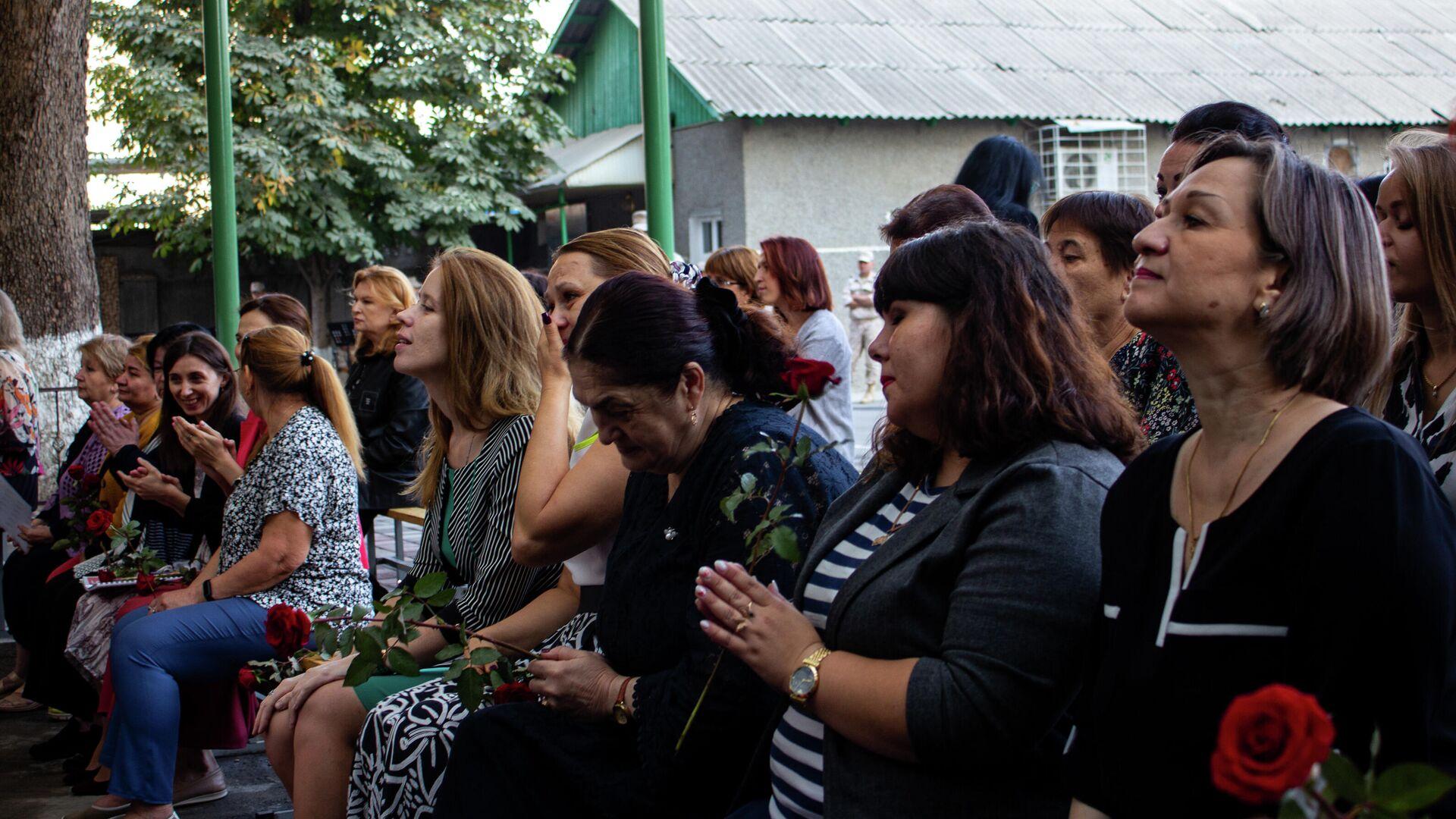 Российские военнослужащие в Таджикистане поздравили преподавателей школы МО РФ с профессиональным праздником - Sputnik Тоҷикистон, 1920, 05.10.2021