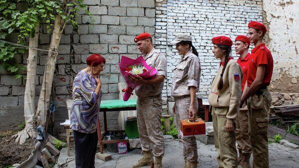 Российские военнослужащие в Таджикистане поздравили преподавателей школы МО РФ с профессиональным праздником - Sputnik Таджикистан