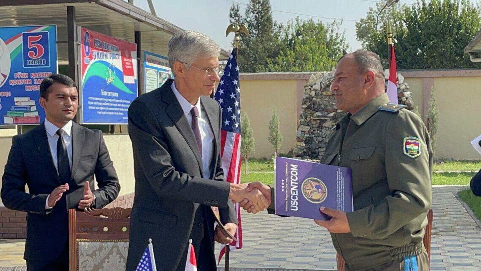МО Таджикистана получило от США 20 джипов для операций в приграничных районах - Sputnik Тоҷикистон, 1920, 06.10.2021