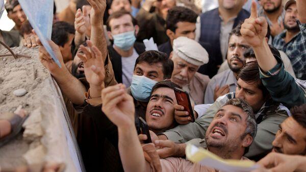 Афганцы у центра выдачи паспортов в Кабуле  - Sputnik Таджикистан