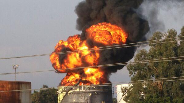 Пожар в хранилище на нефтеперерабатывающем заводе в Ливане - Sputnik Таджикистан