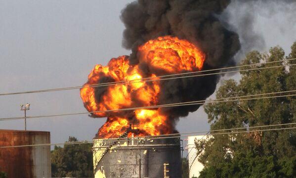Согласно предварительной версии, изначально на нефтеперерабатывающем заводе в Ливане загорелась одна из цистерн с бензолом. - Sputnik Таджикистан