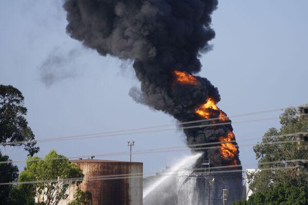 На месте происшествия в настоящее время работают пожарные расчеты. - Sputnik Таджикистан