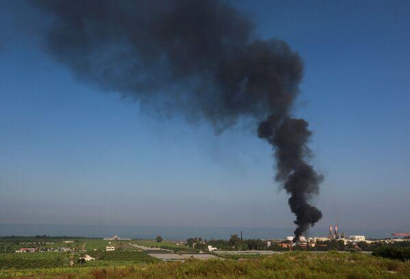 Дым от пожара в хранилище нефтеперерабатывающего завода в Ливане виден за несколько километров от места ЧП. - Sputnik Таджикистан