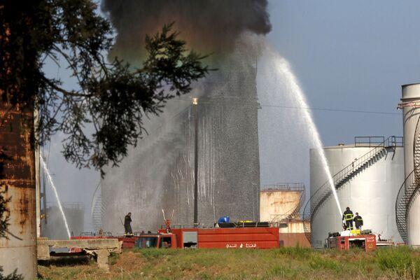 Пожарные пытаются потушить возгорание на нефтеперерабатывающем заводе на юге Ливана. - Sputnik Таджикистан