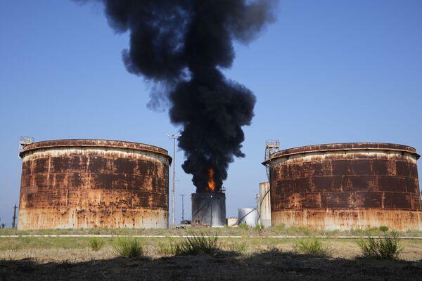 Как заявили власти, существует угроза распространения огня на другие цистерны. - Sputnik Таджикистан