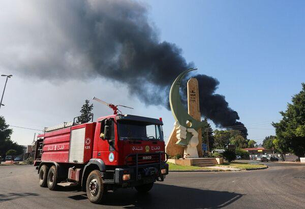 Пожарная машина едет к месту возгорания на НПЗ в Захрани. - Sputnik Таджикистан