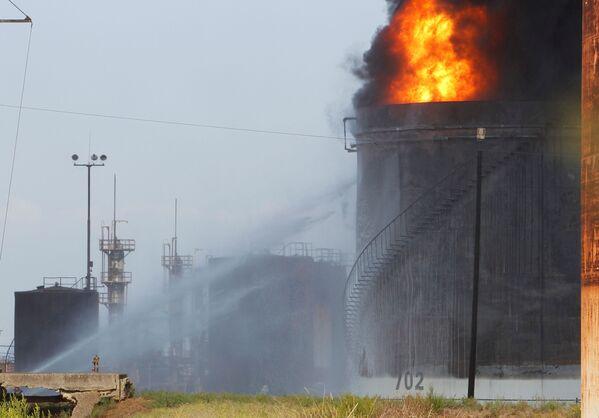 В настоящее время выясняются причины возникновения пожара в хранилище нефтеперерабатывающего завода в Ливане. - Sputnik Таджикистан