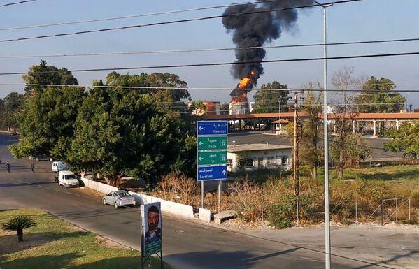 Из-за угрозы распространения огня ливанские военнослужащие занимаются эвакуацией населения из близлежащих районов. - Sputnik Таджикистан