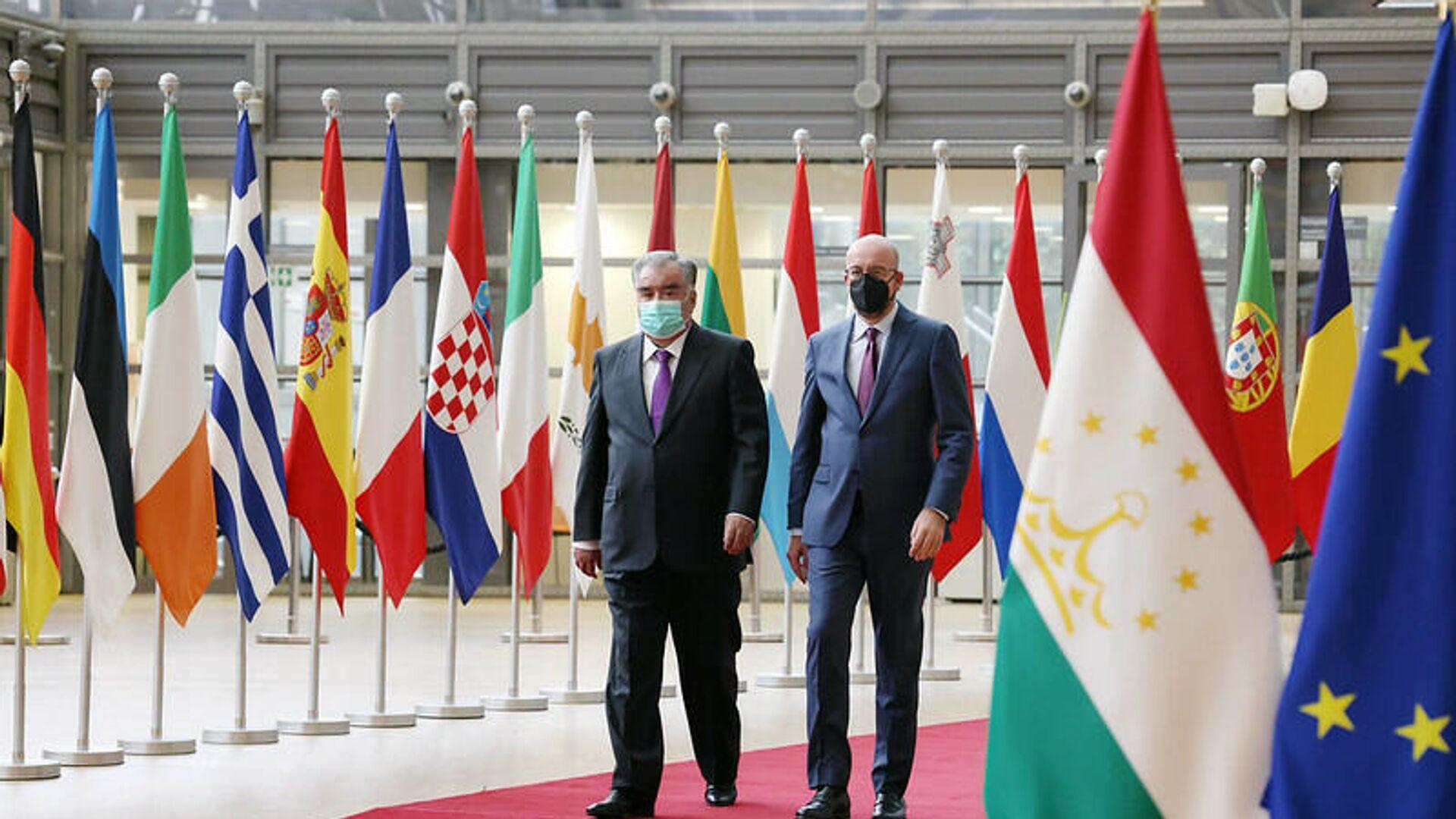 Президент Таджикистана Эмомали Рахмон и глава Совета Европейского Союза Шарль Мишель - Sputnik Таджикистан, 1920, 11.10.2021