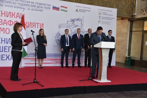 На открытии выставки выступил посол России в Таджикистане Игорь Лякин-Фролов. - Sputnik Таджикистан