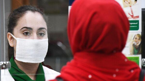Продавец и покупательница в защитной маске - Sputnik Таджикистан