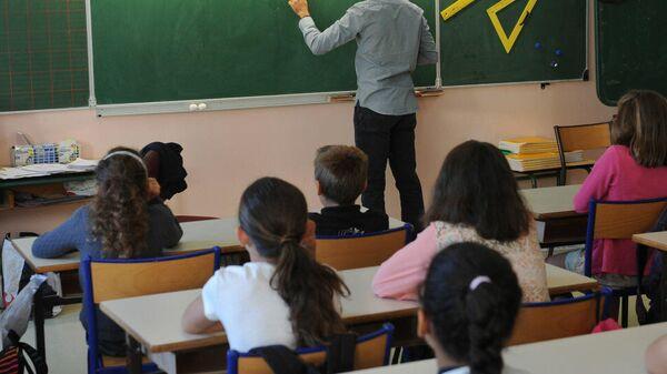 Учитель во время урока. Архивное фото - Sputnik Тоҷикистон