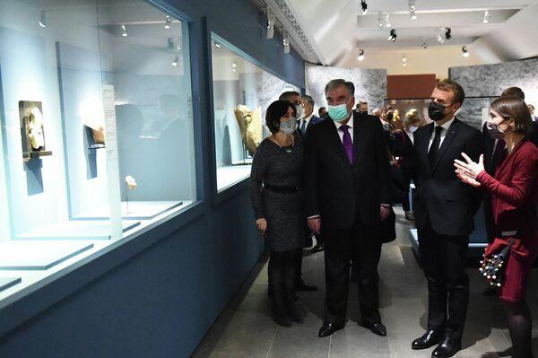 Президенты Таджикистана Эмомали Рахмон и Франции  Эмманюэль Макрон открыли долгожданную выставку древних экспонатов в парижском Национальном музее восточных искусств Гиме. - Sputnik Таджикистан