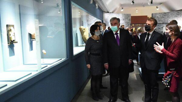 Эмомали Рахмон и Эмануэль Макрон на выставке Таджикистан - страна золотых рек в Национальном музее восточных искусств Гиме, Франция - Sputnik Тоҷикистон