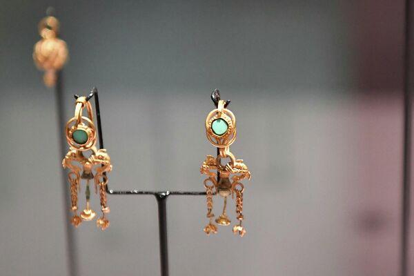 В Париже выставлены различные ритуальные лампы, сосуды и многие другие уникальные экспонаты, в том числе драгоценности, датируемые V-III веками до нашей эры. - Sputnik Таджикистан