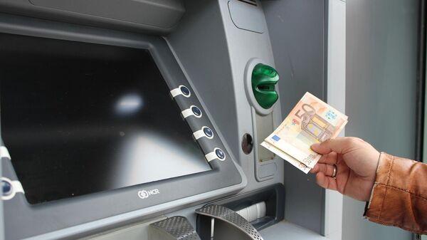 Человек с евро у банкомата - Sputnik Таджикистан