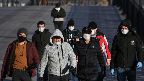 Пешеходы идут по Патриаршему мосту в Москве, архивное фото - Sputnik Таджикистан