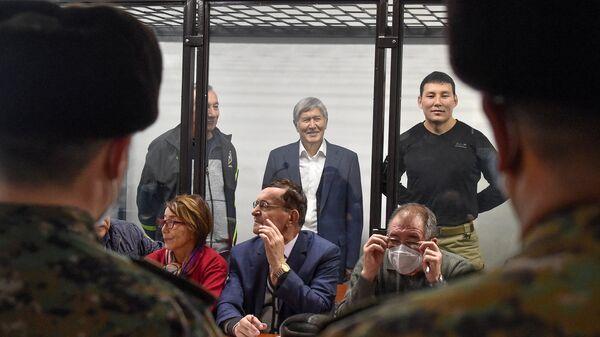 Бывший президент Кыргызстана Алмазбек Атамбаев (в центре) - Sputnik Тоҷикистон