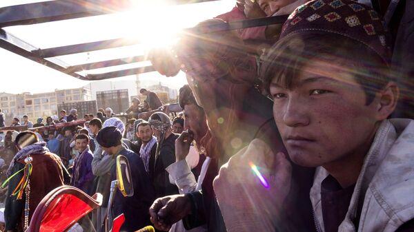 Зрители собираются вокруг импровизированной арены для борьбы в Кабуле, Афганистан - Sputnik Таджикистан