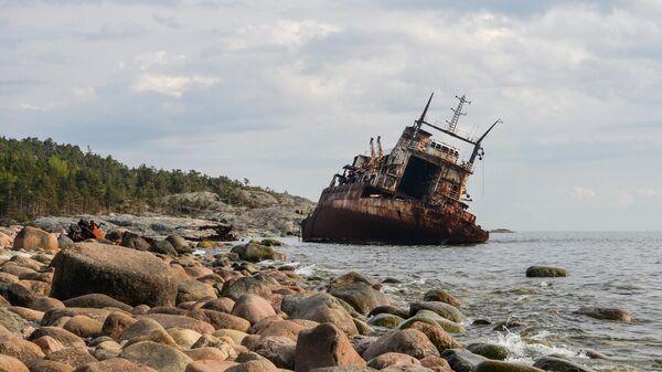 Старое заброшенное судно у острова Гогланд в Финском заливе, архивное фото - Sputnik Таджикистан