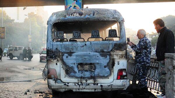 Обгоревший сирийский армейский автобус, который был атакован взрывными устройствами в Дамаске - Sputnik Таджикистан