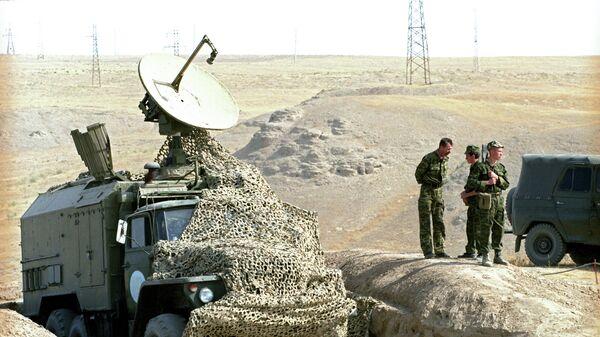 Спутниковая тарелка установленная на военном автомобиле, архивное фото - Sputnik Таджикистан