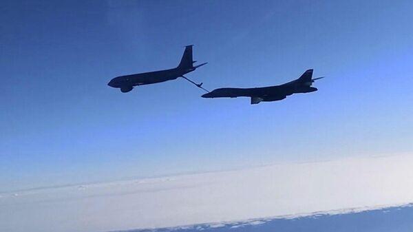 Су-30 сопроводили американские бомбардировщики B-1B над Черным морем  - Sputnik Таджикистан