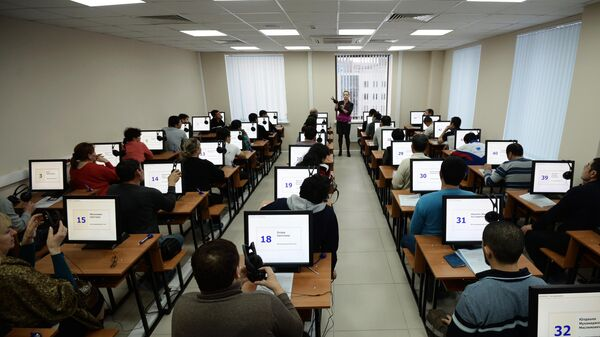 Выдача первых патентов в Едином миграционном центре Московской области - Sputnik Таджикистан