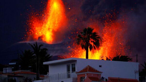 Вулкан Кумбре-Вьеха продолжает извергаться на канарском острове Ла-Пальма - Sputnik Таджикистан