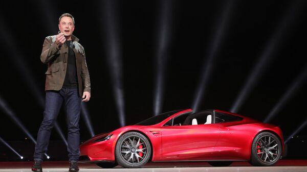 Инженер, предприниматель, изобретатель и инвестор Илон Маск на презентации новинок автомобильного подразделения компании Tesla Motors - Sputnik Таджикистан