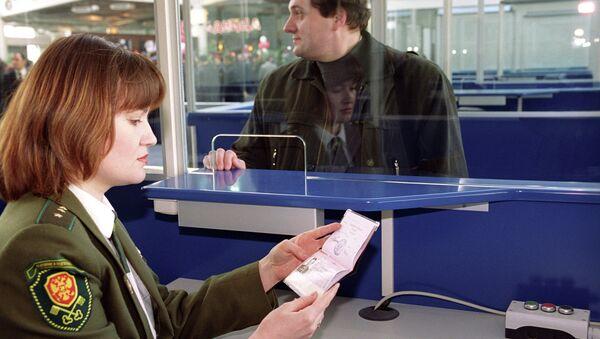 Паспортный контроль в аэропорту - Sputnik Таджикистан