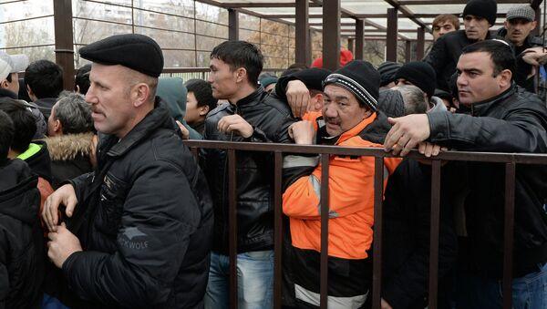 Очереди мигрантов у отделения УФМС по Москве. Архивное фото - Sputnik Таджикистан