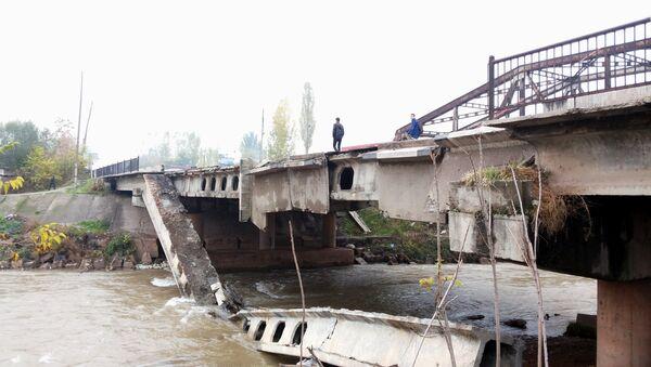 Рухнувший мост в районе Рудаки, соединяющий столицу с югом - Sputnik Тоҷикистон