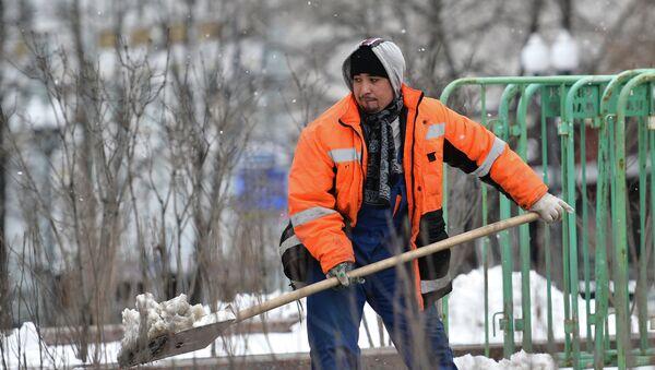 Мигрант убирает снег в Москве. Архивное фото - Sputnik Таджикистан