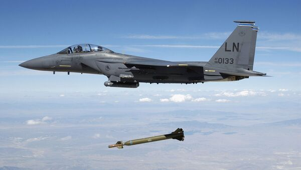 Ҳавопаймои амрикоии F-15E дар аёлати Юта бомба партоб мекунад. Акс аз бойгонӣ - Sputnik Тоҷикистон