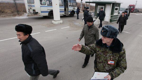 Выдворение иностранных граждан за пределы РФ судебными приставами. Архивное фото - Sputnik Таджикистан