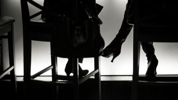 Женские ноги в баре, архивное фото - Sputnik Тоҷикистон