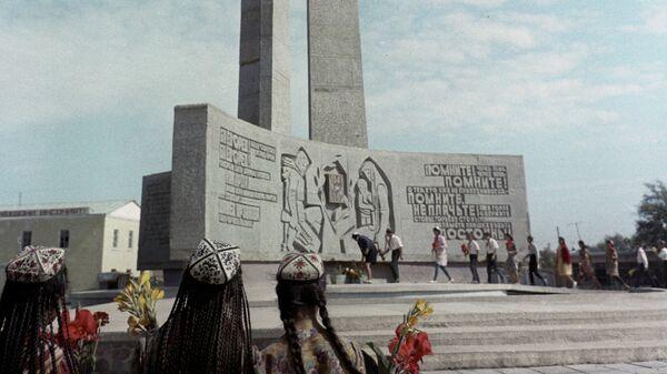 Памятник воинам ВОВ - Sputnik Тоҷикистон